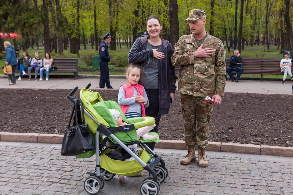 Леонід Маслов з родиною під час виконання гімну України