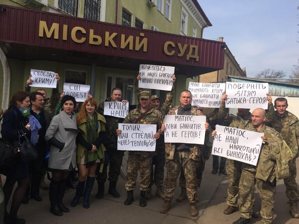 Маніфестація біля Краматорського міського суду 1.04.16. Підозрюваного не доставили в суд.