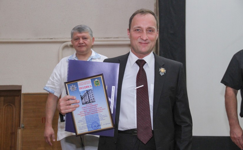 Леонід Маслов отримує подяку від керівника Нацполіції