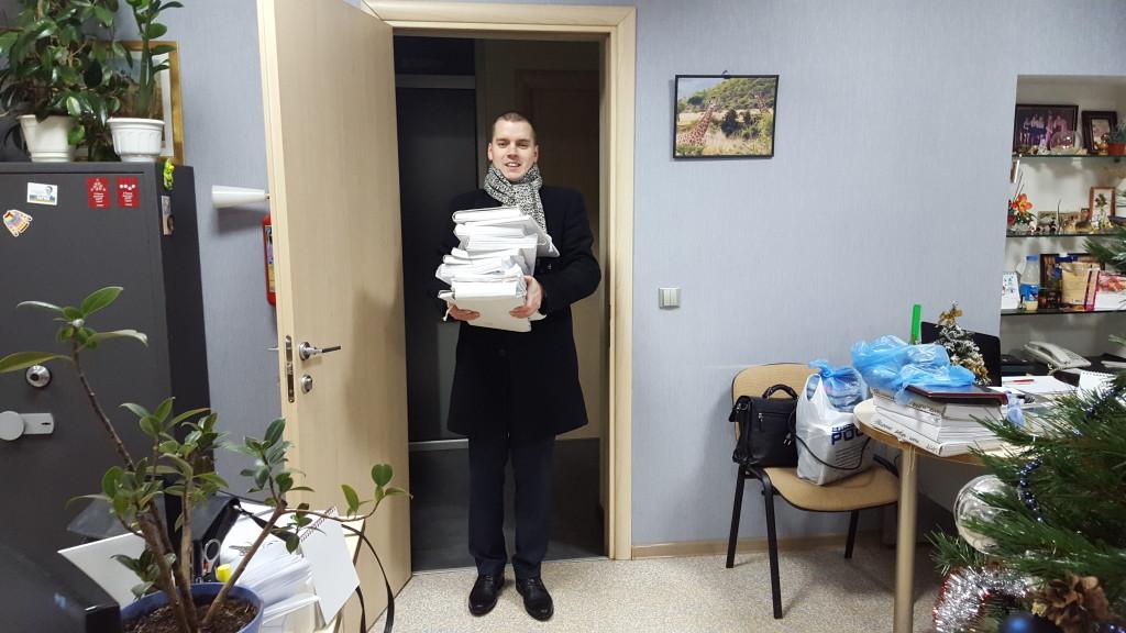 На фото: Дмитро Круговий повертає врятоване майно
